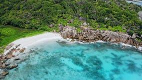 Luchthommel4k video van mooiste idyllische tropische strand Anse Marron van Seychellen het bij het eiland van La Digue stock videobeelden