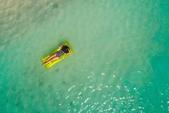 Luchthommel luchtmening van Mooi meisje die pret op het zonnige tropische strand hebben seychellen royalty-vrije stock foto's