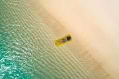 Luchthommel luchtmening van Mooi meisje die pret op het zonnige tropische strand hebben seychellen stock fotografie