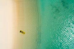 Luchthommel luchtmening van Mooi meisje die pret op het zonnige tropische strand hebben seychellen stock afbeelding