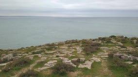 Luchthommel viaw video in motie van horizon in nea van de Atlantische Oceaan het Fort van Peniche, Portugal Steenstrand stock videobeelden