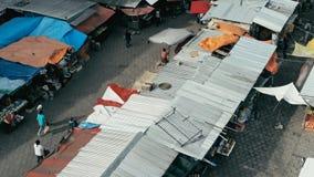luchthommelbeeld van de markt van de ochtendstad met kleurrijke tenten die onderaan close-up kijken terwijl mensen die rondwandel royalty-vrije stock afbeeldingen