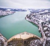 Luchthommelbeeld van het meer en de dam van Plastiras Stock Fotografie