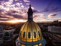 Luchthommelfoto - Overweldigende gouden zonsondergang over het hoofdgebouw van de staat van Colorado & Rocky Mountains, Denver Co Royalty-vrije Stock Foto's