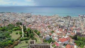 Luchthommelfoto van beroemde stad en kasteel van Patras, de Peloponnesus, Griekenland stock footage