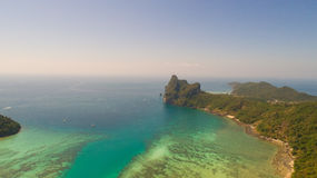 Luchthommelfoto van het noordelijke deel van het oosten van iconisch tropisch Phi Phi-eiland stock afbeelding