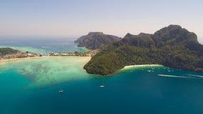 Luchthommelfoto van iconisch tropisch strand en toevlucht van Phi Phi-eiland stock afbeelding