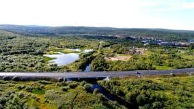 Luchthommelfoto van landelijke brug in het bos stock afbeeldingen