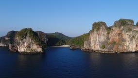 Luchthommelfoto van Nui-Baaistrand, een deel van iconisch tropisch Phi Phi-eiland royalty-vrije stock foto