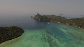 Luchthommelfoto van overzees en kustlijn van iconisch tropisch strand van Phi Phi-eiland stock foto