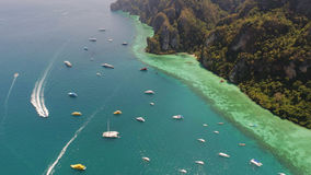 Luchthommelfoto van varende boten en jachten in de baai van iconisch tropisch Phi Phi-eiland Stock Afbeelding