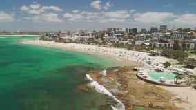 Luchthommellengte van oceaangolven op een bezig Koningenstrand, Caloundra, Australië stock footage