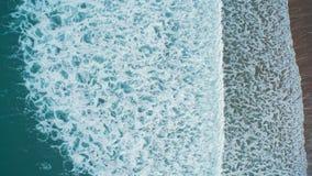 Luchthommellengte van overzeese golven die kust verpletteren stock videobeelden