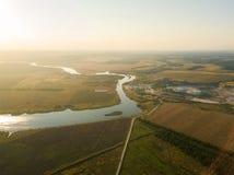 Luchthommelmening, bij zonsondergang op de rivier onder de gebieden E stock fotografie