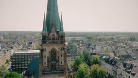 Luchthommelmening De Kerk St Peter van Duitsland Dusseldorf Panorama van Dusseldorf stock footage