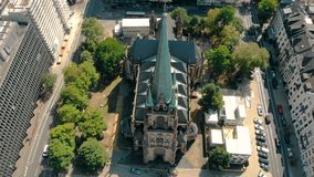 Luchthommelmening De Kerk St Peter van Duitsland Dusseldorf Panorama van Dusseldorf stock video