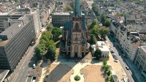 Luchthommelmening De Kerk St Peter van Duitsland Dusseldorf Panorama van Dusseldorf stock videobeelden