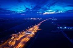 Luchthommelmening over autosnelweg met het punt van de tolinzameling stock foto