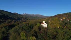 Luchthommelmening over Bulgaars dorp in de berg Kopren, Bulgarije stock videobeelden