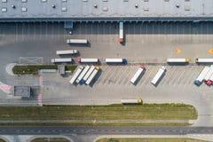 Luchthommelmening over pakhuis en logistisch centrum stock fotografie