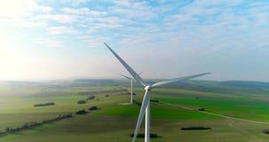 Luchthommelmening over Windenergie, Turbine, Windmolen, Energieproductie Groene technologie, schoon en een duurzame energie stock footage