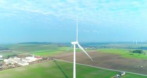 Luchthommelmening over Windenergie, Turbine, Windmolen, Energieproductie Groene technologie, schoon en een duurzame energie stock video