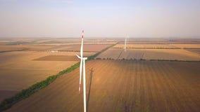 Luchthommelmening over Windenergie, Turbine, Windmolen, Energieproductie - Groene technologie, schoon en een duurzame energie stock footage