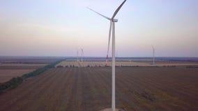 Luchthommelmening over Windenergie, Turbine, Windmolen, Energieproductie - Groene technologie, schoon en een duurzame energie stock videobeelden