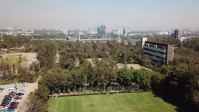 Luchthommelmening van de centrale campus van UNAM, Mexico-City stock videobeelden