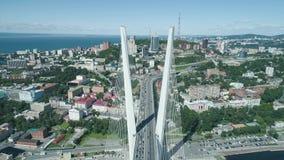 Luchthommelmening van de Gouden Brug van Zolotoy Kabel-gebleven brug over Zolotoy Rog Golden Horn in Vladivostok stock videobeelden