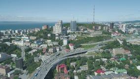 Luchthommelmening van de Gouden Brug van Zolotoy Kabel-gebleven brug over Zolotoy Rog Golden Horn in Vladivostok stock footage