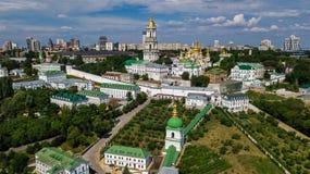 Luchthommelmening van de kerken van Kiev Pechersk Lavra op heuvels van hierboven, cityscape van Kyiv-stad, de Oekraïne stock foto's