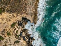 Luchthommelmening van Dramatische Oceaangolven op Rocky Landscape royalty-vrije stock foto's