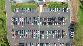Luchthommelmening van een bezig collectief parkeerterrein stock video