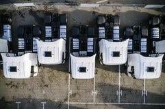 Luchthommelmening van geparkeerde witte vrachtwagens stock foto