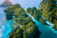 Luchthommelmening van Grote lagune en majestueuze rotsen Ontdek onderzoeken Gr Nido, Palawan Filippijnen overweldigende aantrekke royalty-vrije stock fotografie