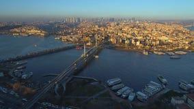 Luchthommelmening van Istanboel, Turkie De baai van Bosphorushalic Zonnige dag Vlieg over de bruggen stock footage
