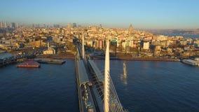 Luchthommelmening van Istanboel, Turkie De baai van Bosphorushalic Zonnige dag Vlieg over de bruggen stock video