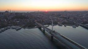 Luchthommelmening van Istanboel, Turkie De baai van Bosphorushalic Zonsondergang Vlieg over de bruggen stock footage