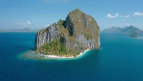 Luchthommelmening van Karst Eiland van kalksteen het rotsachtige Pinagbuyutan in blauwe overzees van Gr Nido, Palawan, Filippijne stock footage