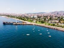 Luchthommelmening van Kartal Istanbul City Seaside met het Schip Oud Schip van Huisvuilscow stock afbeelding