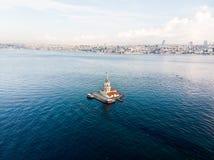 Luchthommelmening van Meisje` s Toren in Uskudar Istanboel/Kiz Kulesi Stock Fotografie