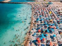 Luchthommelmening van Mensenmenigte die Pret hebben en op Costinesti-Strand in Roemenië ontspannen stock foto
