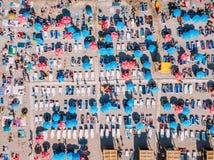 Luchthommelmening van Mensenmenigte die Pret hebben en op Costinesti-Strand in Roemenië ontspannen stock foto's