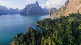 Luchthommelmening van mooi bergen en meer in Khao Sok National Park, Surat Thani stock fotografie