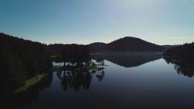 Luchthommelmening van Ochtendmist op het bergmeer, zonsopgangschot stock video