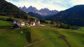 Luchthommelmening van Santa Maddalena-bergdorp Alpen, Italië stock footage