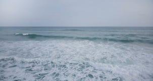 Luchthommelmening van schuimende golven in mooie blauwe open oceaan Adembenemend zeegezicht en het bewolkte panorama van de hemel stock videobeelden