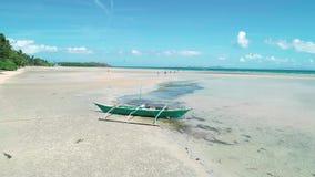 Luchthommelmening van traditionele Filippijnen fishboat aan de grond op zandige kust bij Gr Nido, Filippijnen Tropisch paradijs stock footage