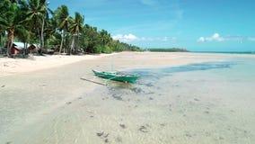 Luchthommelmening van traditionele Filippijnen fishboat aan de grond op zandige kust bij Gr Nido, Filippijnen Tropisch paradijs stock video